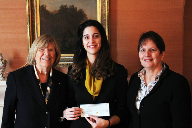 La bourse France-Gagnon-Pratte est attribuée à Luiza Santos, étudiante de l'Université Laval.