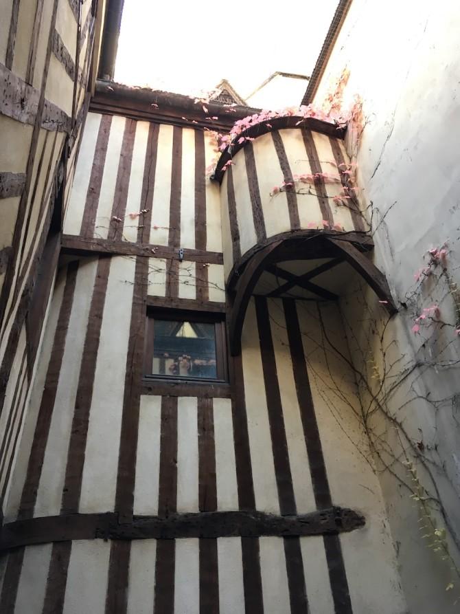 Maison d'Ourscamp, siège de l'association Paris Historique. Après la visite des voûtes du XIIIe siècle, découverte de la partie à colombages et encorbellement de la fin du XVIe siècle