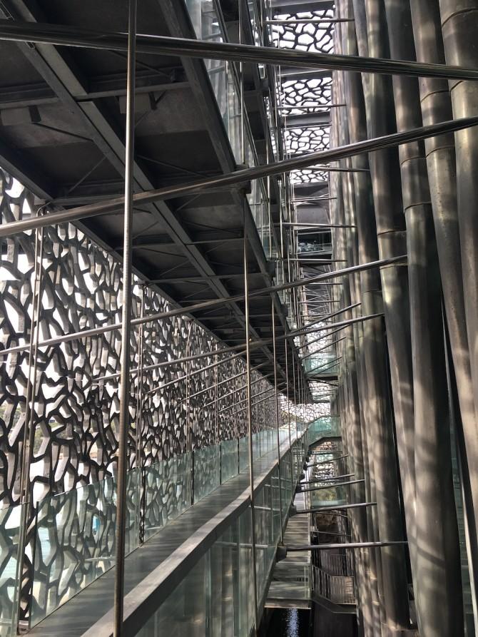 Le Mucem, entre la vitre et le béton, visite par une conférencière sur l'architecture du bâtiment.
