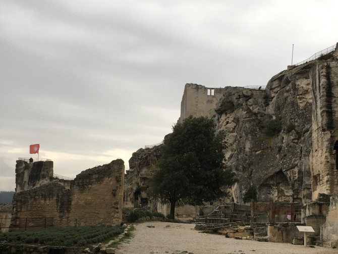 Découvrir les Baux-de-Provence sous la pluie et remonter le temps en découvrant des vestiges du Moyen Âge.